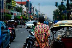 Tráfico habitual en Yakarta: tuks tuks, motocicletas y coches