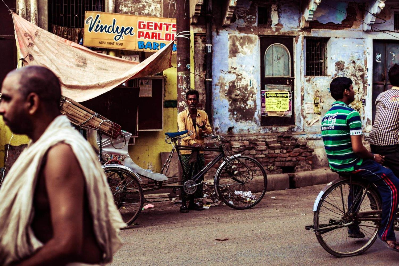 Gente trasladándose en bicicleta en Delhi