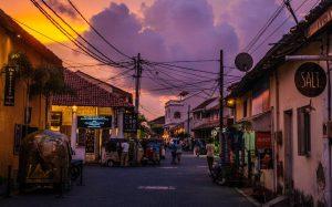 Atardecer en una calle de Colombo, Sri Lanka