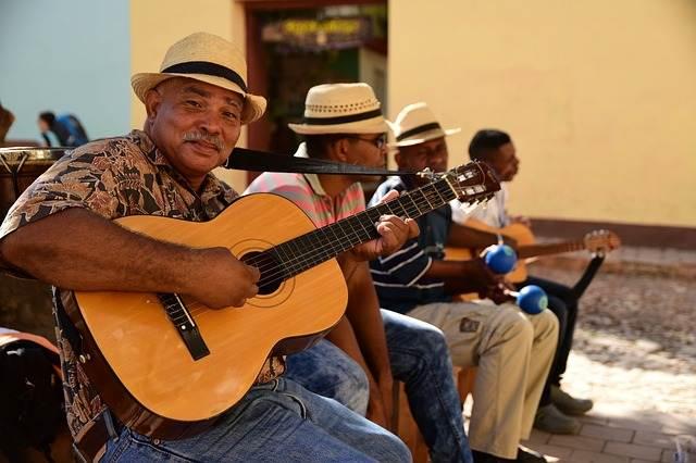cubano tocando la guitarra