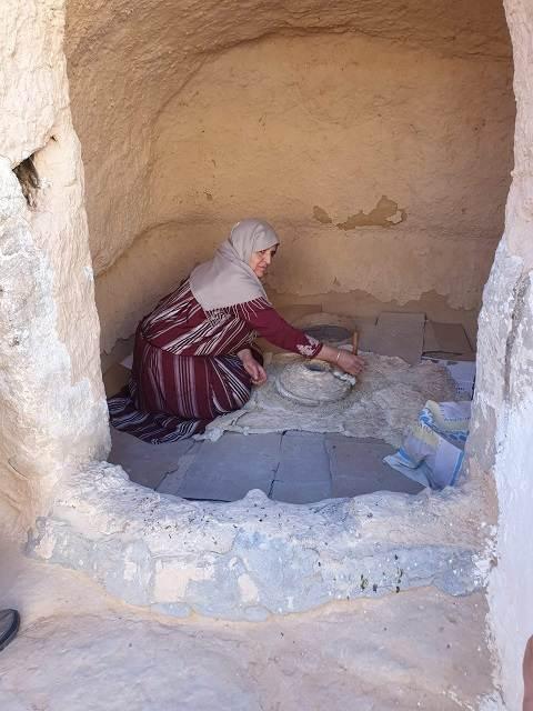 Mujer cocinado en una cueva de Matmata (Túnez)