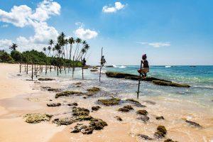Hombres pescando en una playa de Sri Lanka