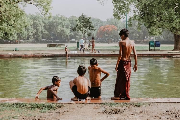 Niños disfrutando de un baño en Delhi