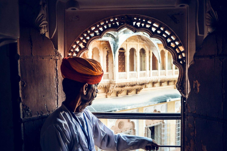 Hombre observando desde una ventana del Fuerte Mehrangarh de Johpur