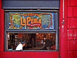 Fachada del bar La Perla en Buenos Aires
