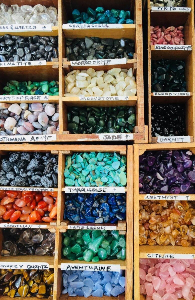 Piedras semipreciosas diferenciadas por tipo en un mercado de Bangkok