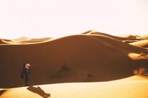 Dunas del Sahara con beduino