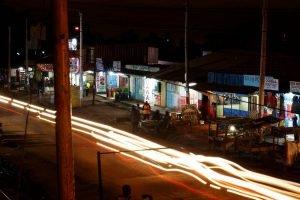 Ambiente nocturno de una calle de Nairobi, Kenia