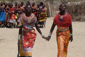 Una pareja Masai en un poblado dentro de la reserva Masai Mara