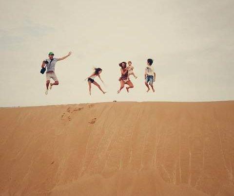 viajar a africa con niños saltando en duna