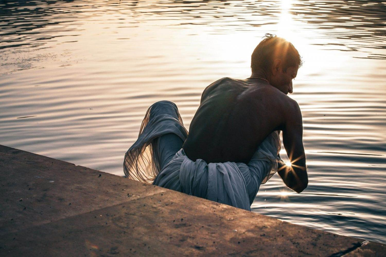 Hindú tomando un baño en el río Ganges