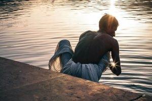 Hindú en la orilla del río Ganges