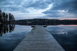 EMbarcadero en un lago con bosque de Finlandia