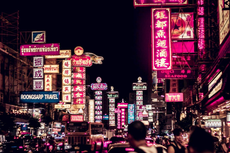 Calles repletas de gente en Bangkok durante la noche