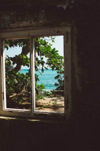 Vista de la playa desde la ventana de una habitación