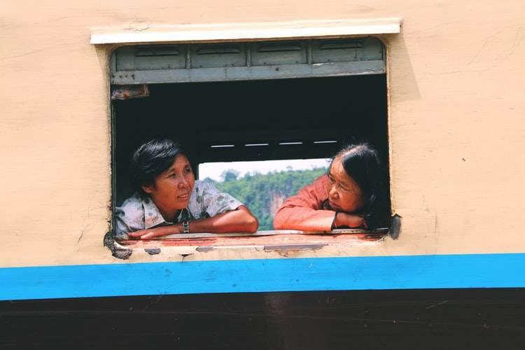 Dos señoras asomadas a la ventana del tren