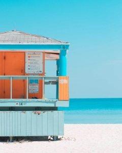 caseta de playa azul y naranja en California frente al mar