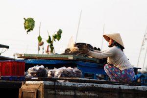 Mujer vietnamita en un mercado flotante del Delta del Mekong