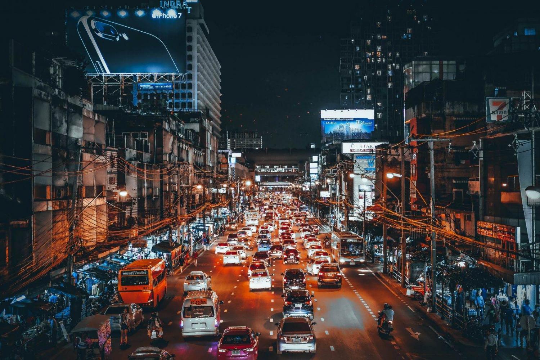 Tráfico y gente en Bangkok durante la noche