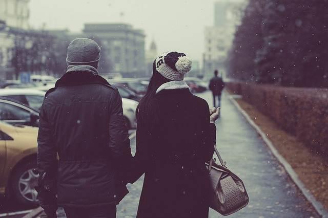 pareja paseando invierno