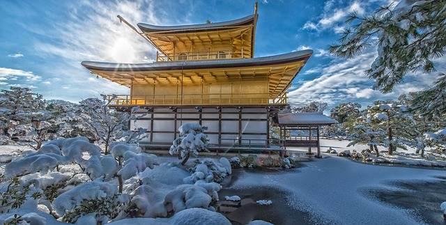 paisaje de japón nevado con casa en el centro