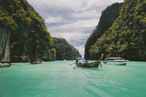Embarcaciones sobre el agua azul turquesa de la bahía de halong