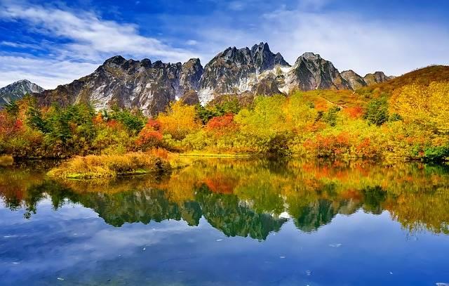 paisaje otoñal japones con lago y hojas de color marrón