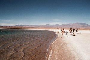 Turistas disfrutando de un baño en Atacama, Chile