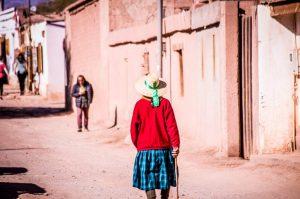 Mujer chilena paseando por las calles de Arica en Chile