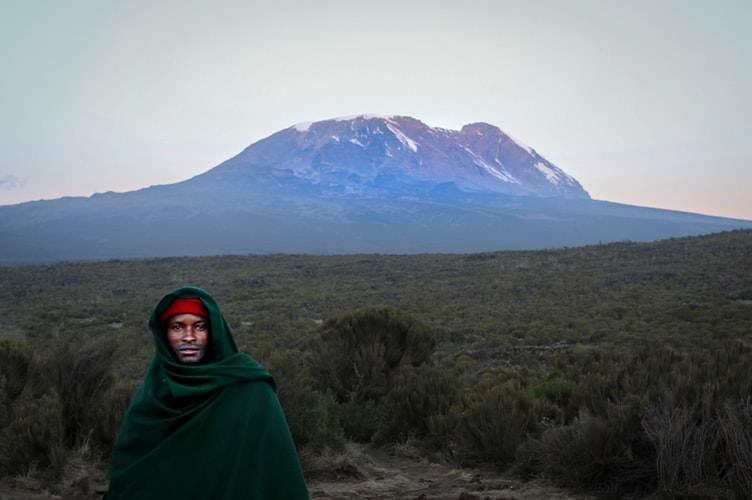 Hombre frente a las montañas en Tanzania