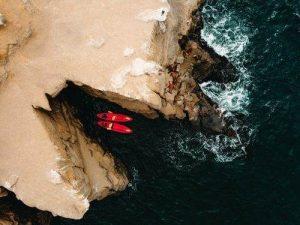 Canoas saliendo de una cuenva submarina en plano cenital