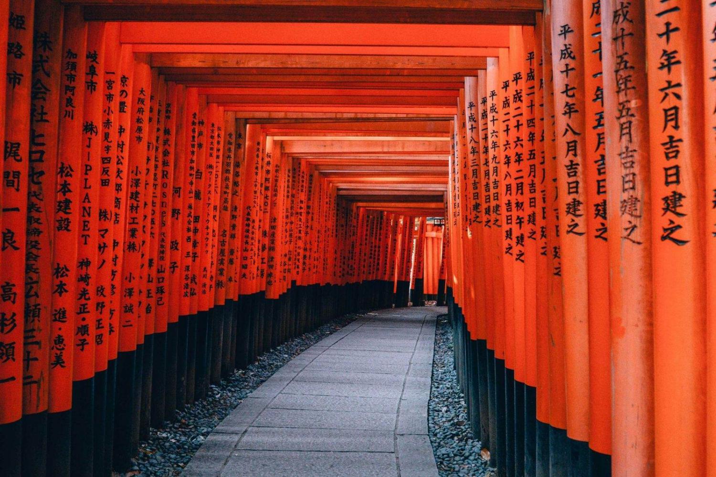 acceso al templo fushimi inari en Kioto en paseo con tooris rojos