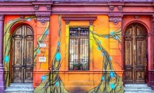 calle con graffitti de Santiago de Chile