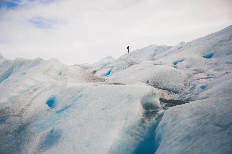 Persona caminando sobre un glaciar en Tierra del Fuego, Argentina