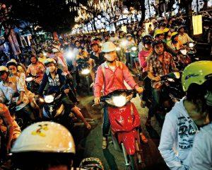 El tráfico de una noche habitual en las calles de Hanoi