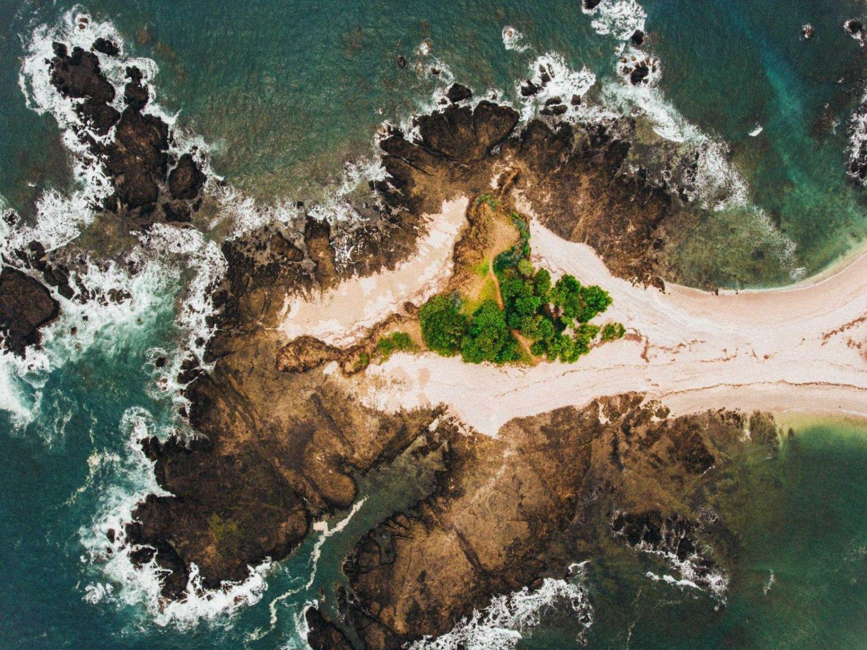 cabo rocoso en la costa de Costa Rica en plano cenital