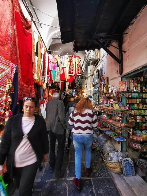 Mujeres paseando por la Medina de Túnez
