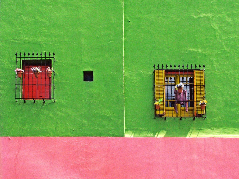 Fachada pintada de verde y rosa en Buenos Aires