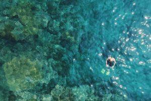Hombre haciendo esnorkel