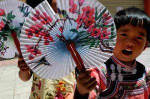 Niño chino con pay pau