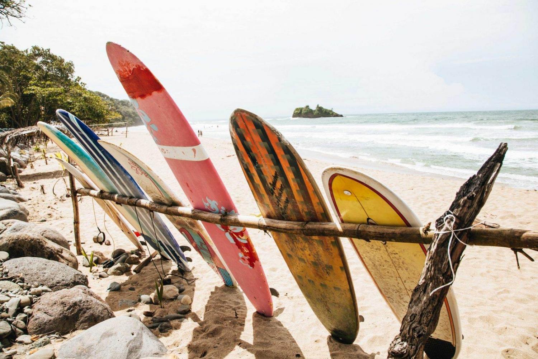 tablas de sur en una playa