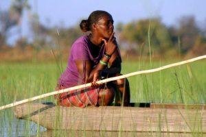 Mujer en barco en Botswana