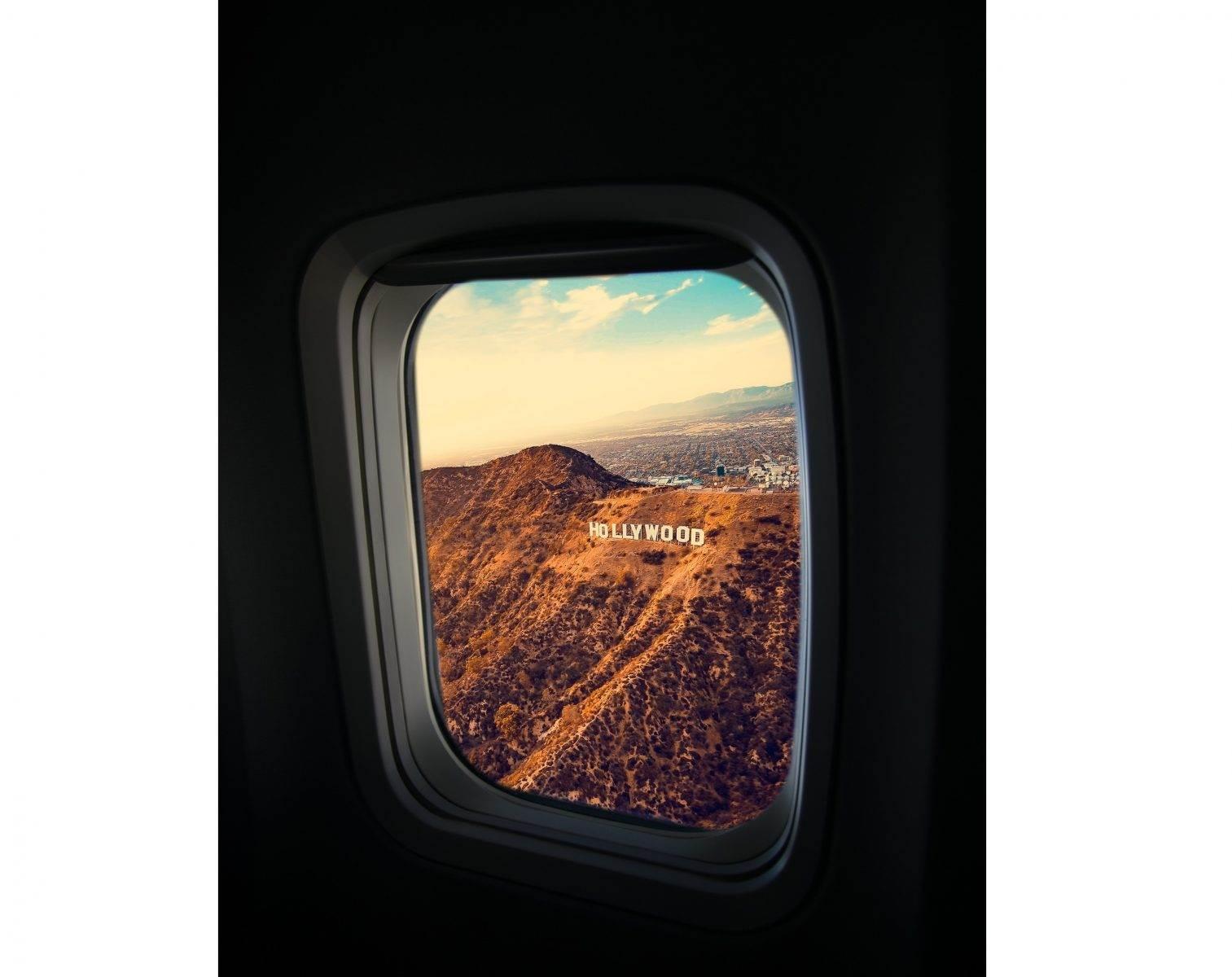 Vista desde la ventanilla de un avión del cartel Hollywood de Los Ángeles