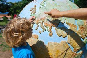 Niños aprendiendo los países