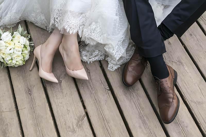 detalle de zapatos de pareja de novios