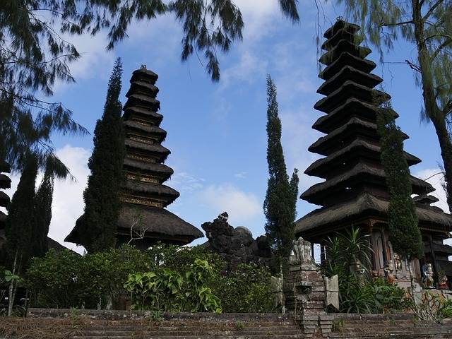 Templos de bali con un cielo azul