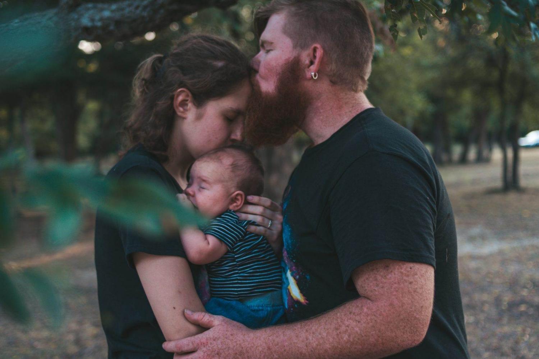 Una pareja de luna de miel con un bebé