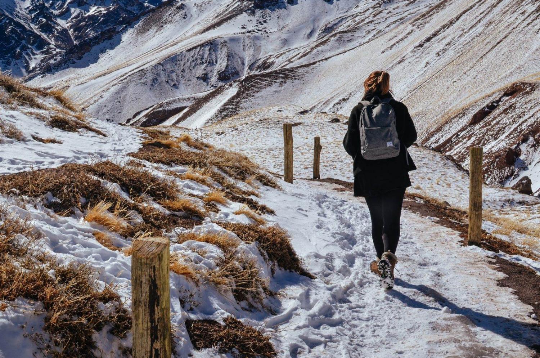 Mujer paseando sobre la nieve en la Tierra del Fuego