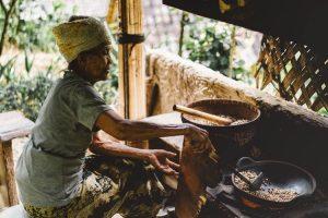 Mujer cocinando en Indonesia