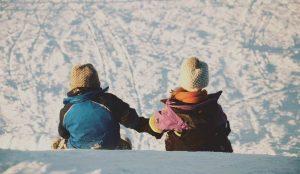 Niños de espaldas en la nieve